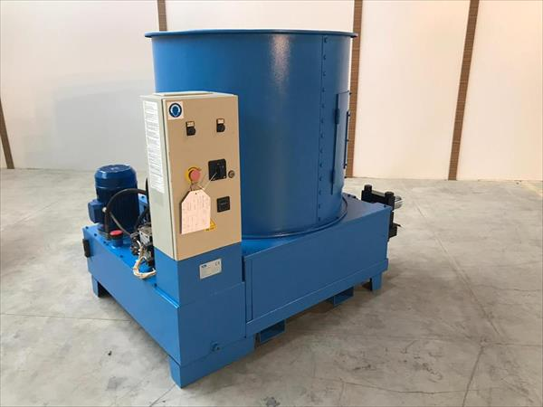 Briquetting machine for wood chips