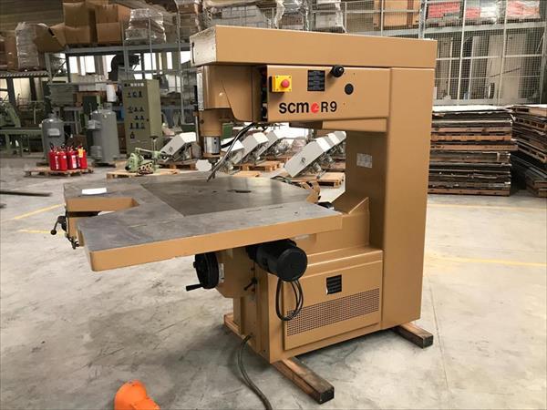 Défonceuse manuelle SCM R9 utilisée pour le bois