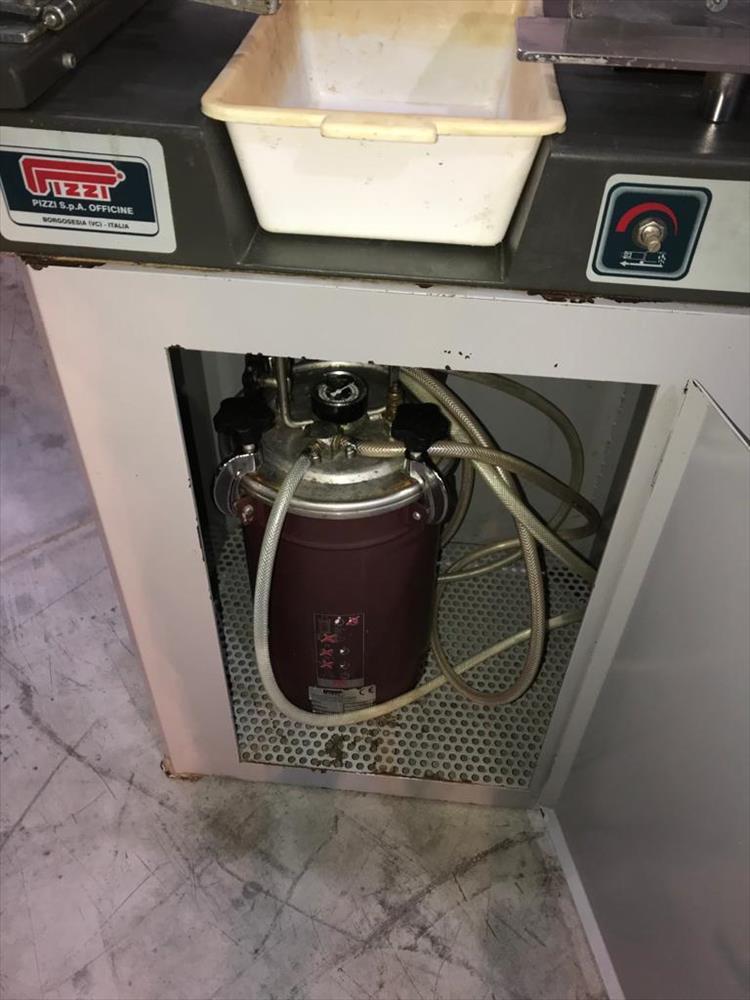 Lepicí stroj pro čepy značky Pizzi - Foto 4